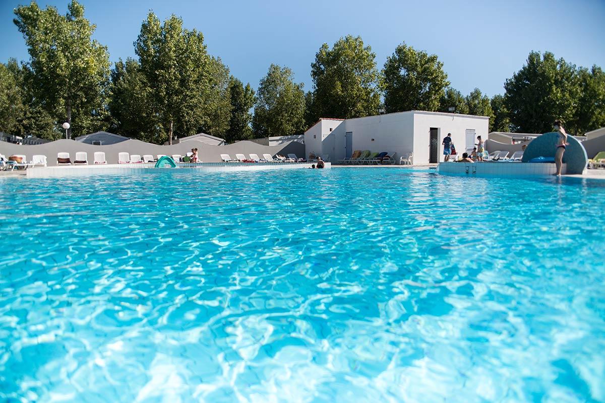 vue de la piscine du camping en vendée