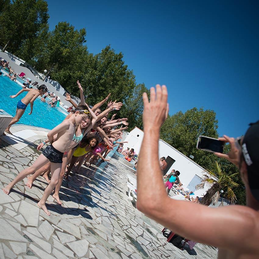 jeux près de la piscine du camping en Vendée