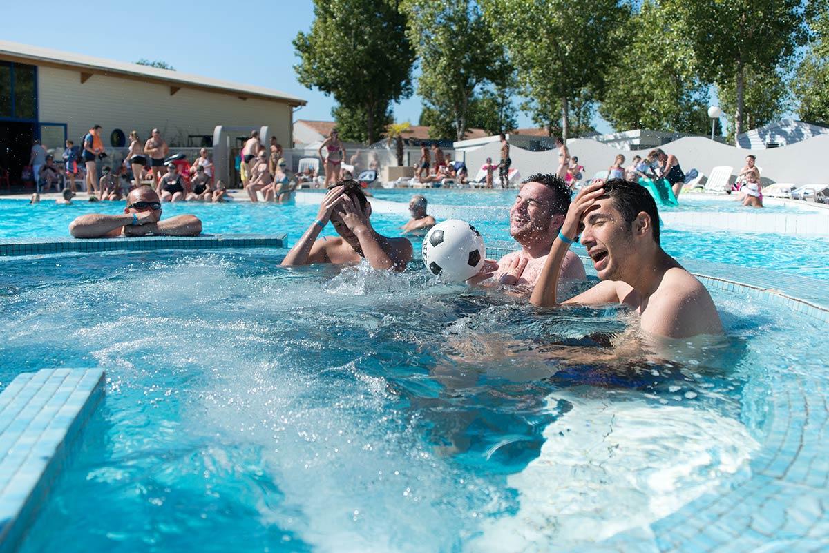 jeunes dans bains à remous