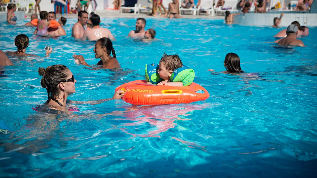 enfants dans la piscine