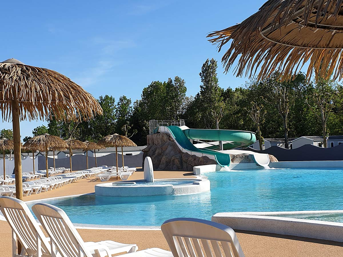 la piscine et le toboggan aquatique